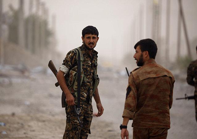 Combatentes das Forças Democráticas da Síria (FDS) em Raqqa