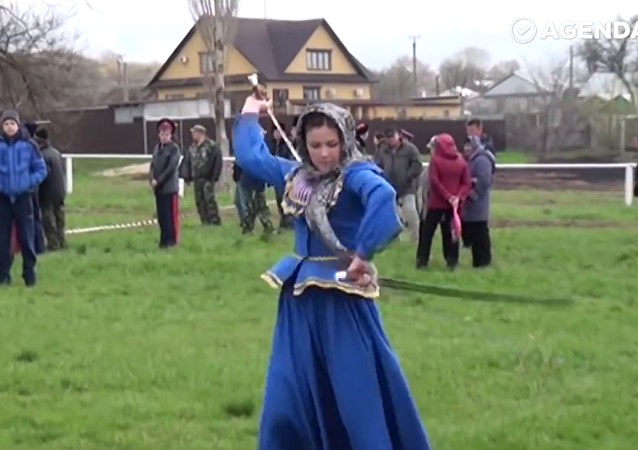 Mulheres russas dançam com sabres