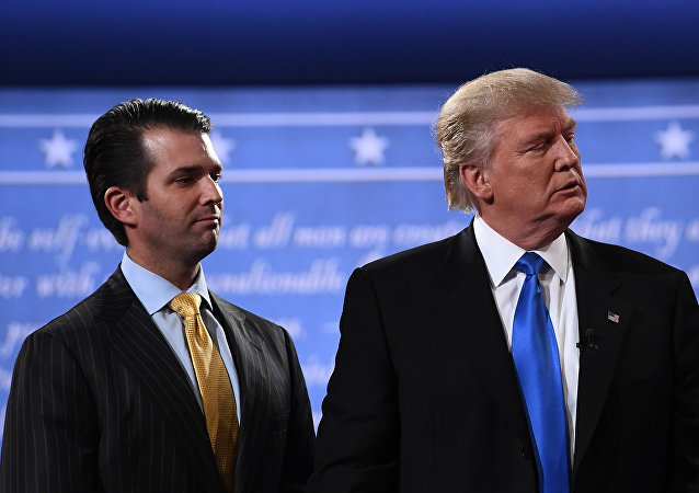 Donald Trump Jr. ao lado do pai, o presidente dos Estados Unidos Donald Trump