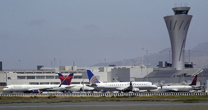 Quatro aviões em uma pista de rolamento no aeroporto de São Francisco, Califórnia, EUA