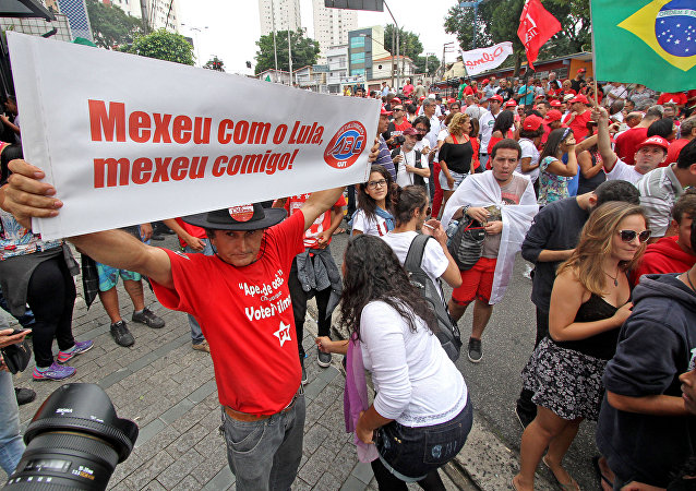 Manifestante demonstra apoio ao ex-presidente Lula em março de 2016, em São Bernardo do Campo (SP)