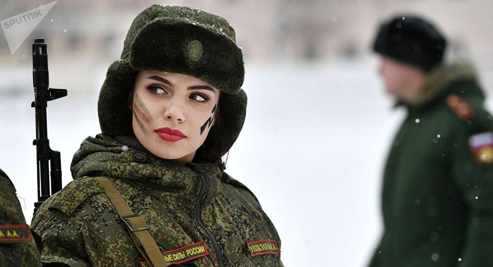 Uma participante durante o concurso de beleza e profissional entre mulheres militares das forças de mísseis estratégicos