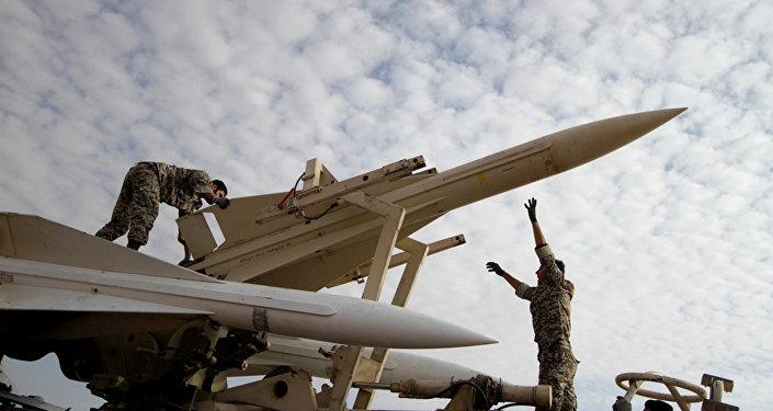 Militares iranianos se preparam para lançar um míssil (foto de arquivo)