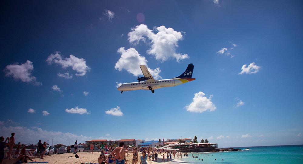 Avião momentos antes de aterrissar no aeroporto de São Martinho