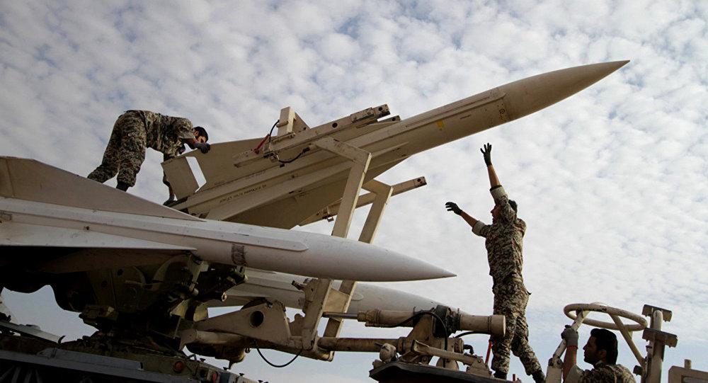 Militares iranianos se preparam para lançar um míssil Hawk de classe terra-ar durante exercícios militares
