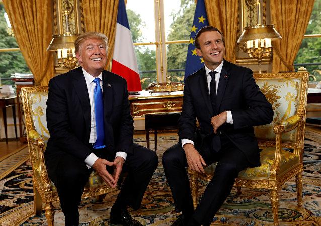 O presidente norte-americano, Donald Trump, ao lado do líder francês, Emmanuel Macron, durante visita à França
