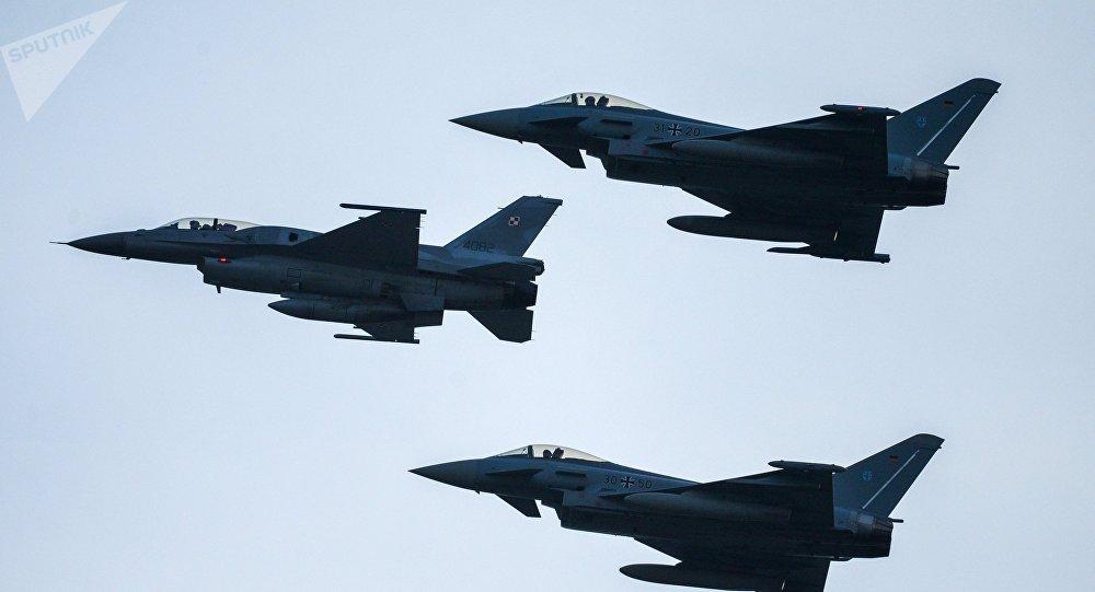 Caças F-16 da FA da Polônia junto com Eurofighter Typhoon da Alemanha durante a cúpula da OTAN em Varsóvia