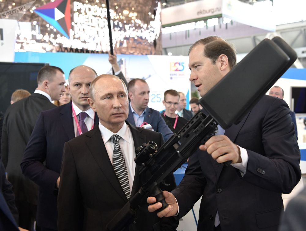 Presidente russo, Vladimir Putin, durante sua visita à exposição industrial Innoprom, Ekaterinburgo, Rússia