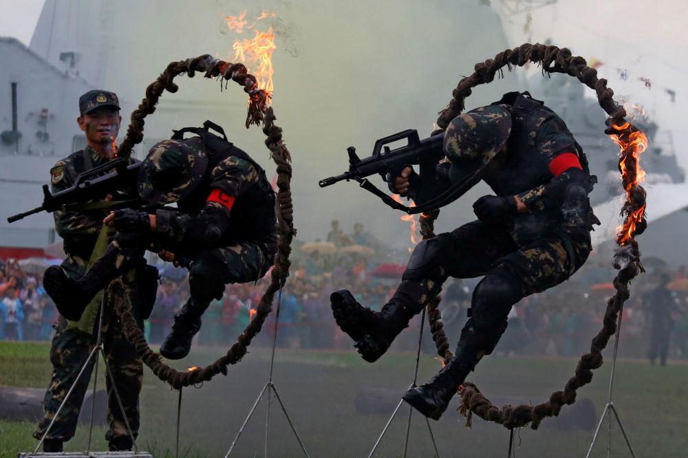 Exército de Libertação Popular chinês participa do show na base naval em Hong Kong