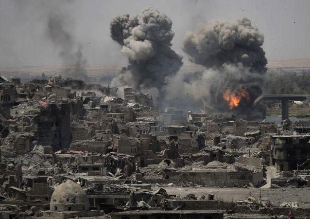 Ataque aéreo contra terroristas em Mossul, Iraque (foto de arquivo)