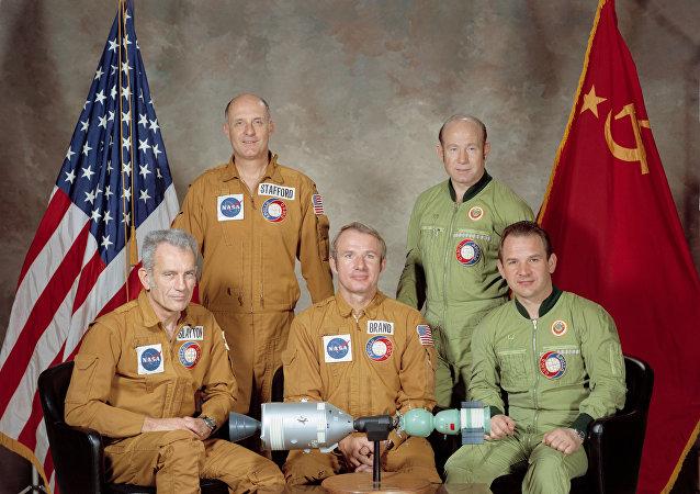 A tripulação da missão Apollo-Soyuz: em uniforme marron, os norte-americanos Slayton, Stafford e Brand e, de verde, os soviéticos Leonov e Kubasov
