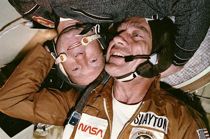 O cosmonauta russo Aleksei Leonov e o astronauta norte-americano Donald Slayton encontram-se no espaço