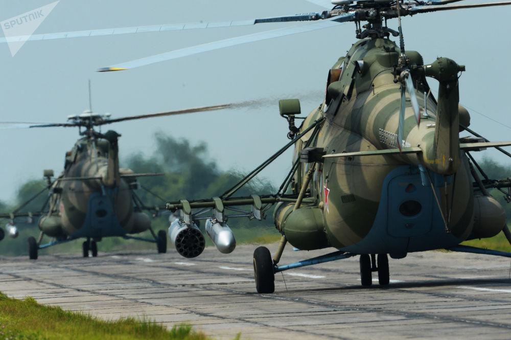 Helicópteros Mi-8 AMTSh durante treinamentos no aeródromo Chernigovka, região de Primorie, Rússia