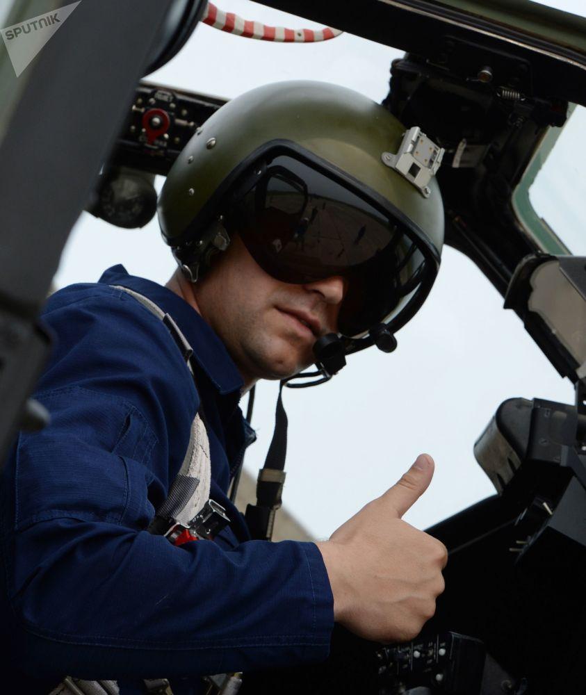 Comandante na cabine de helicóptero Mi-28 no aeródromo Chernigovka, região de Primorie, Rússia