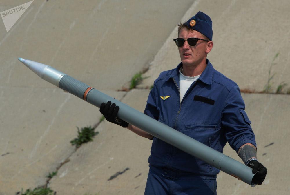 Especialista prepara equipamento para helicóptero Mi-28
