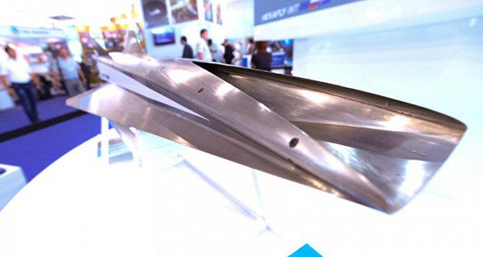 Um modelo do novo avião russo de passageiros de alta velocidade movido a hidrogênio