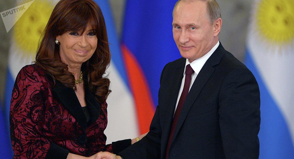 O Presidente da Rússia Vladimir Putin e Presidente da Argentina Cristina Kirchner durante reunião em Moscou, 23 de abrill, 2015
