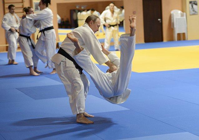 Presidente da Rússia, Vladimir Putin, participa do treino com a seleção russa de judô