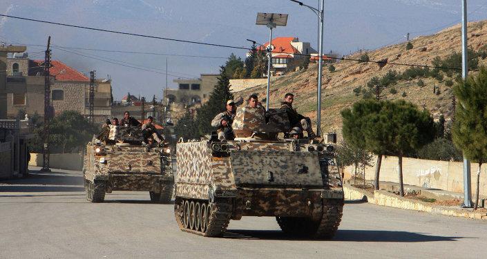 Exército libanês ondeia bandeira da Espanha em colina arrebatada do EI