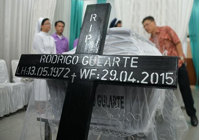 Caixão de Rodrigo Gularte antes do envio ao Brasil.