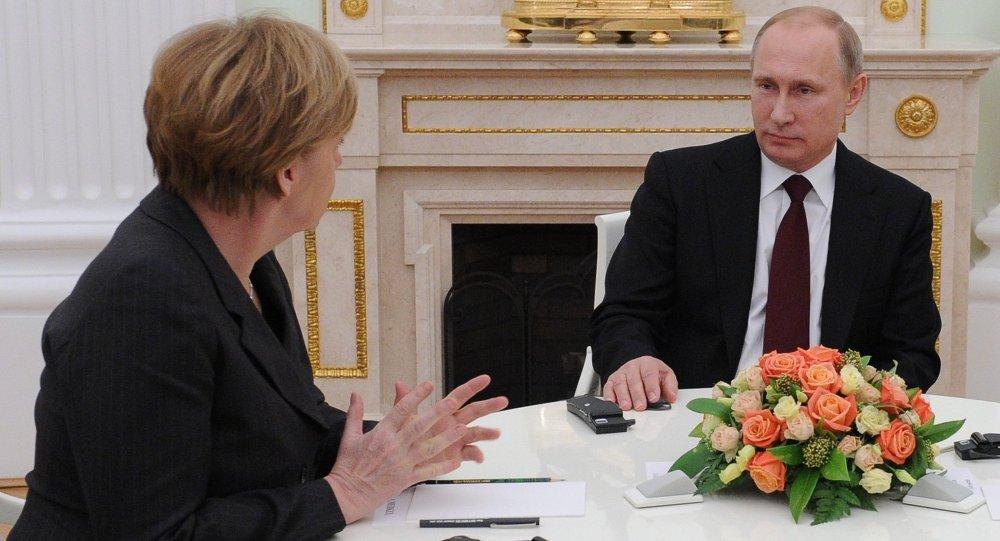 Vladimir Putin em encontro com a chanceler da Alemanha, Angela Merkel