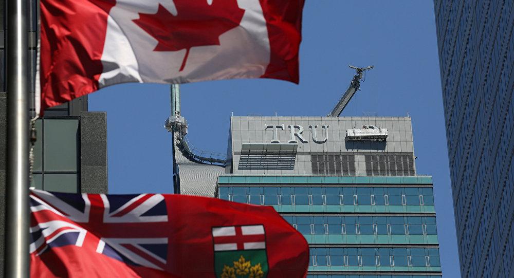 Retirada das letras T-R-U-M-P da fachada do antigo Trump International Hotel and Tower em Toronto, Canadá