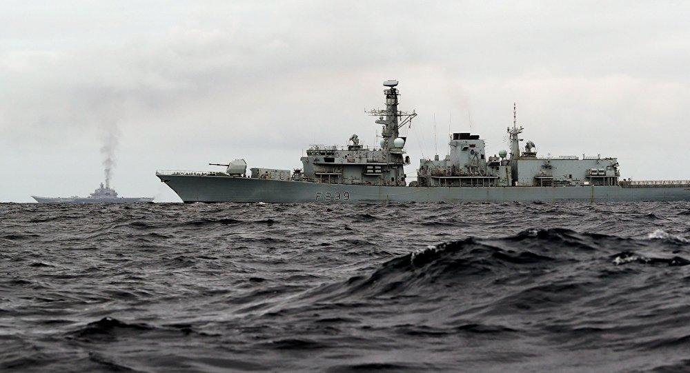 Comédia marítima: velha fragata britânica escolta navios chineses avançados