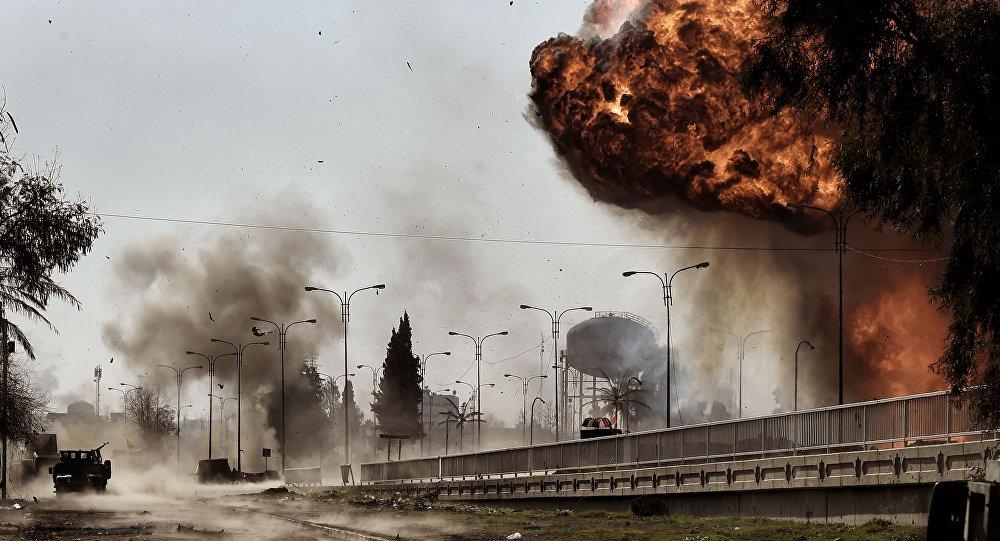Fumaça e fogo captados após a explosão de um carro-bomba na cidade de Mossul, Iraque, durante os combates entre forças iraquianas e terroristas do Daesh (grupo proibido na Rússia), 5 de março