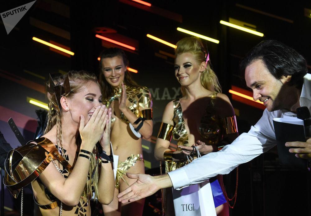 Vencedora do concurso Miss Maxim 2017, Ekaterina Kotaro de Shadrinsk com o editor-chefe da revista, Aleksandr Malenkov