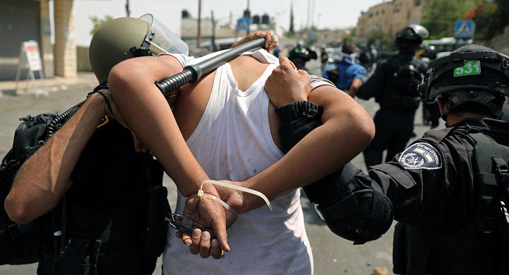 Polícia de Israel conduz um manifestante muçulmano durante confrontos em Jerusalém, em 21 de julho de 2017