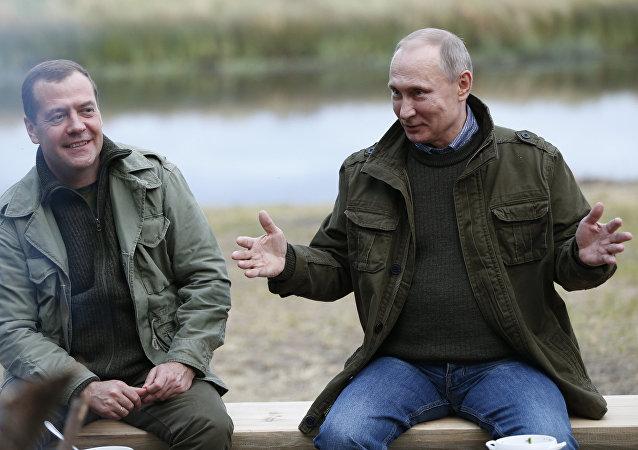 O presidente russo Vladimir Putin com o primeiro-ministro Dmitry Medvedev durante uma reunião na ilha de Lipno, Região de Novgorod, em 10 de setembro de 2016