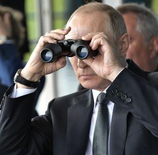 Presidente Putin observa voos no salão aéreo MAKS 2017