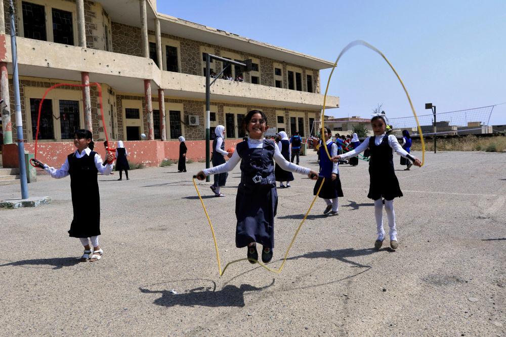 Meninas iraquianas brincam no terreiro escolar, Mossul