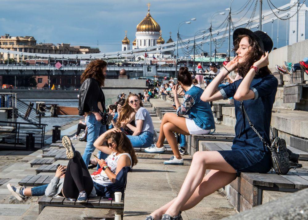 Meninas descansam no parque Gorky, Moscou