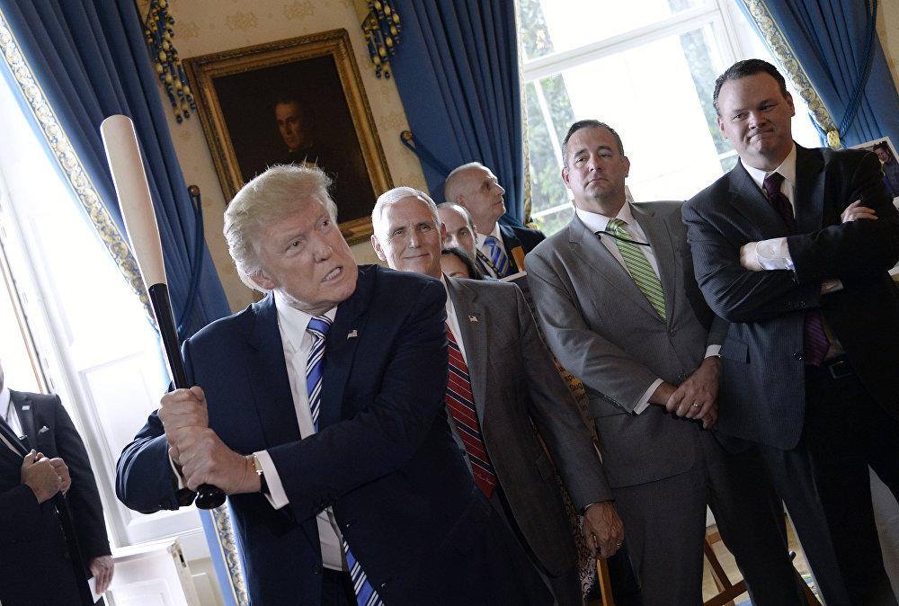 Presidente dos EUA, Donald Trump, segura taco na Casa Branca durante a exposição Made in America