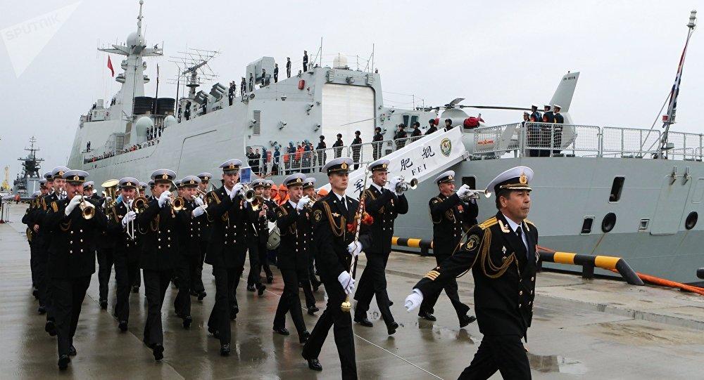 Cerimônia de saudação dos navios da Marinha chinesa que aportaram à cidade russa de Baltiysk para participar dos treinamentos navais Cooperação Marítima 2017