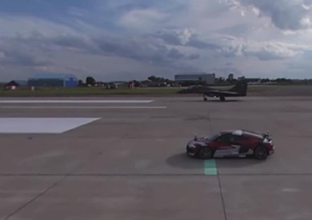 Carros de corrida russos vs caças em vídeo de 360°