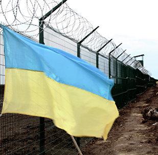 A bandeira nacional da Ucrânia na fronteira russo-ucraniana