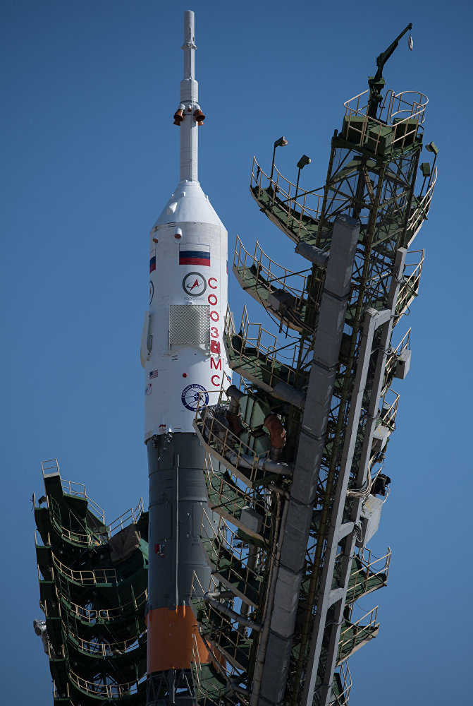 Nave espacial Soyuz MS-05 na posição vertical na plataforma de lançamento no Cosmódromo de Baikonur, no Cazaquistão, na quarta-feira, 26 de julho de 2017. O engenheiro de voo da Expedição 52, Sergei Ryazanskiy, da Roscosmos, o engenheiro de voo Randy Bresnik da NASA e o engenheiro de vôo Paolo Nespoli da ESA (Agência Espacial Europeia), estão programados  para lançar para a Estação Espacial Internacional de bordo da nave espacial Soyuz do Cosmódromo de Baikonur em 28 de julho.