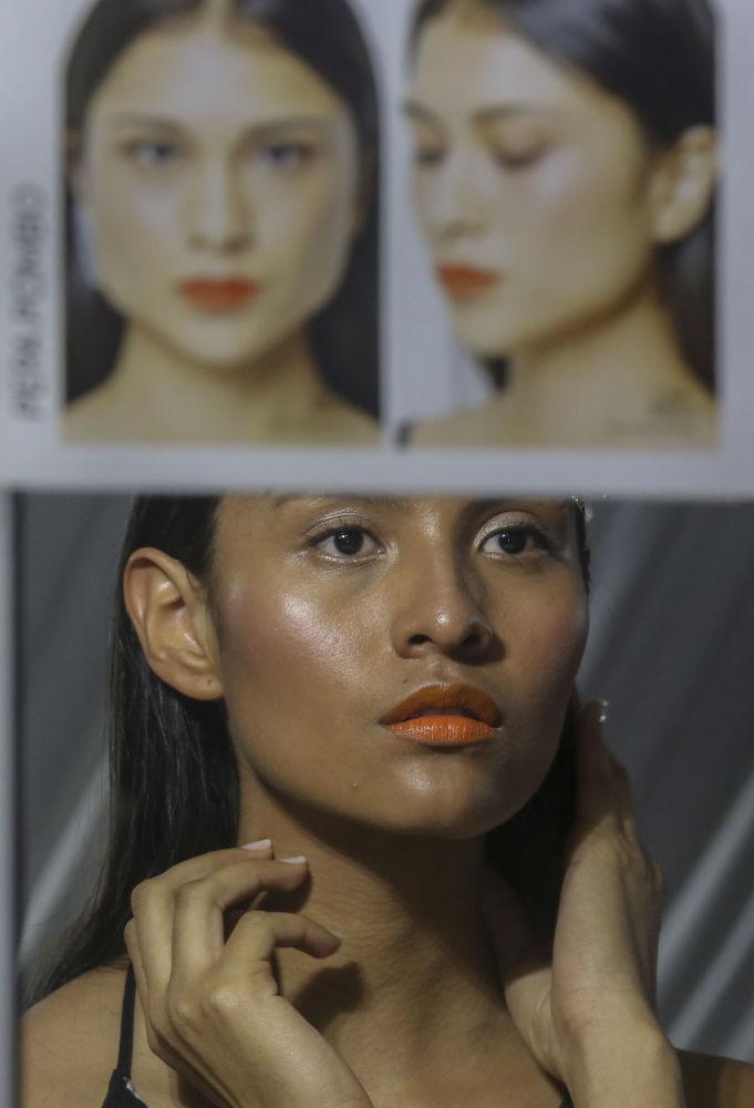 Modelos antes da apresentação da marca colombiana Pepa Pombo, no âmbito da semana Colombiamoda 2017, em Medellín