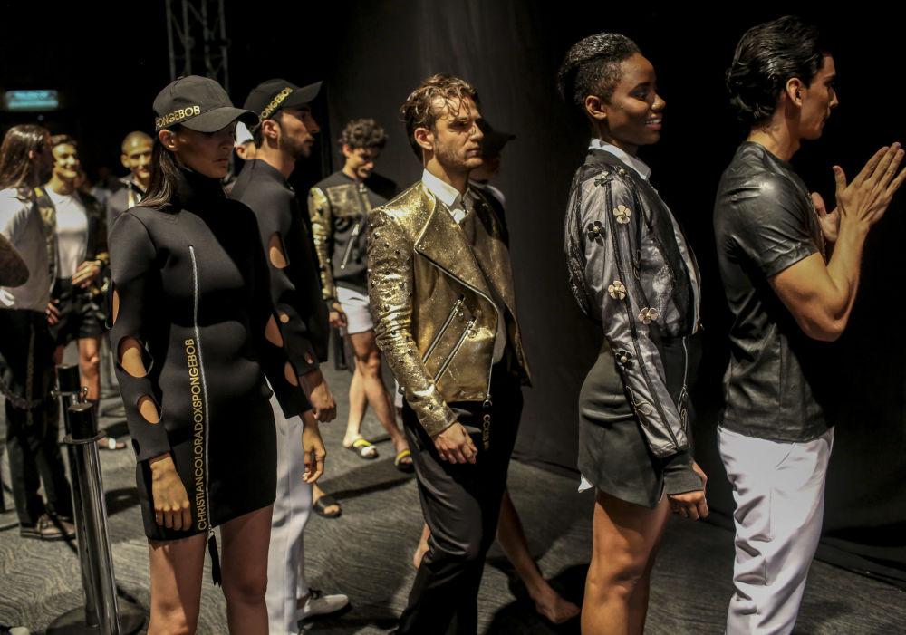 Modelos antes da apresentação no âmbito da semana Colombiamoda 2017, em Medellín