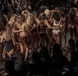 Modelos desfilam vestidas com a marca colombiana Leonisa na semana Colombiamoda 2017, em Medellín