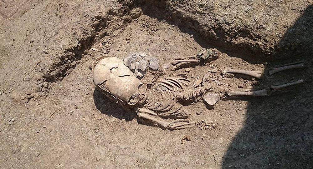 Esqueleto de um bebê do século II encontrado durante as escavações perto de Kerch, Crimeia