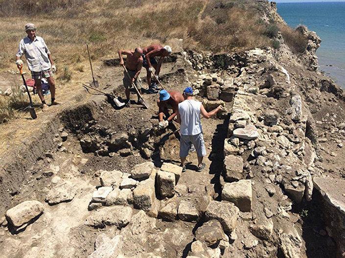 Arqueólogos escavando uma necrópole perto de Kerch, Crimeia