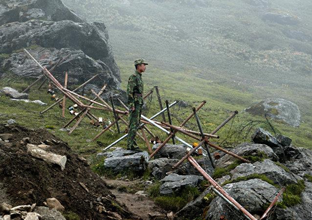 Um soldado patrulhando na parte chinesa da antiga fronteira Nathu La, que liga o setor indiano de Sikkim e a região autônoma do Tibete na China (foto de arquivo)