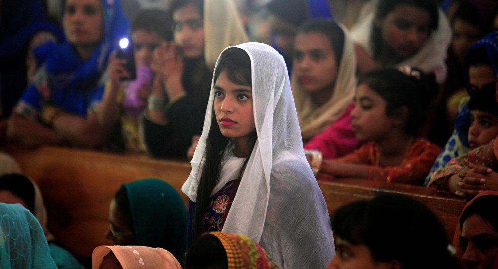 Menina paquistanesa cercada por outras pessoas (foto de arquivo)