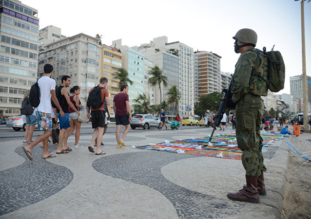 Militares se misturam à paisagem da praia de Copacabana com operação das Forças Armadas no Rio