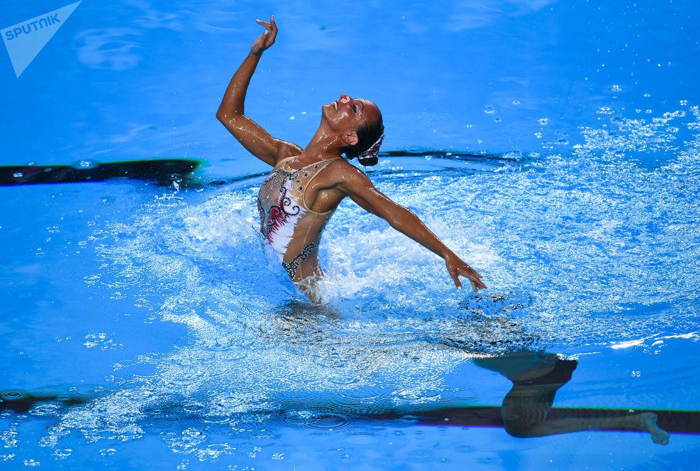 Mariangela Perrupato e Giorgio Minisini, da Itália, atuando no programa livre de nado sincronizado no 27º Campeonato Mundial de Esportes Aquáticos, em Budapeste