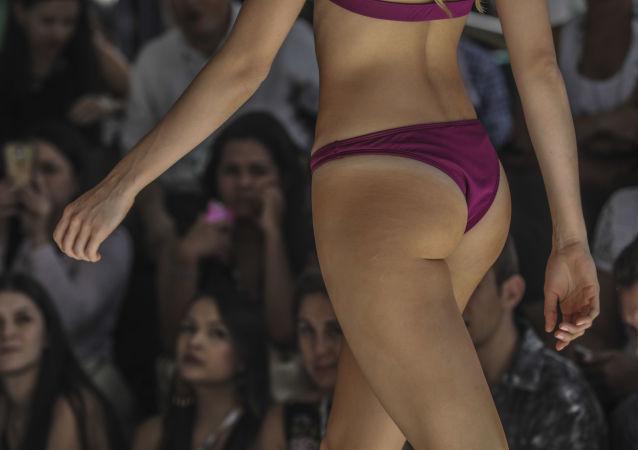 Uma modelo participa do show durante a semana de moda na cidade colombiana de Medellín