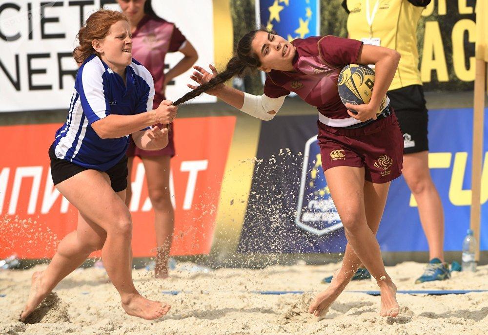 Jogadores das equipes femininas bielorrussa e georgiana durante a partida do Campeonato Europeu de Rúgbi de Praia